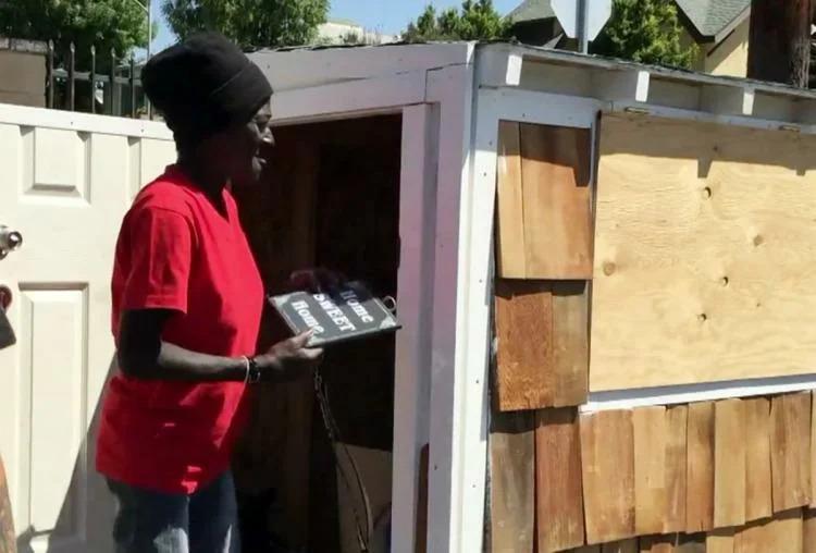 Мужчина построил крошечный домик для бездомной, которая 10 лет провела на улице
