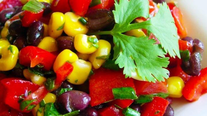 Салат с красной фасолью, кукурузой и соком лимона