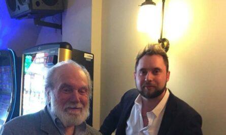 После разговора с барменом одинокий старик обрел друзей по всему миру