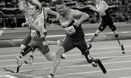 Двое паралимпийских бегунов остановились перед финишем и вернулись помочь упавшему сопернику