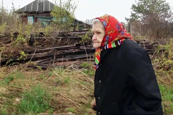 Как в деревне Сафоново в полном одиночестве живет 87-летняя бабушка Маша