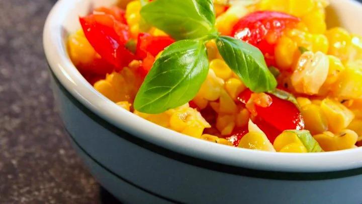 Итальянский кукурузный салат с базиликом
