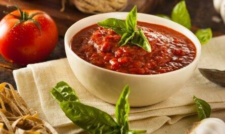 Самая простая и быстрая закуска: буше с томатным соусом и базиликом