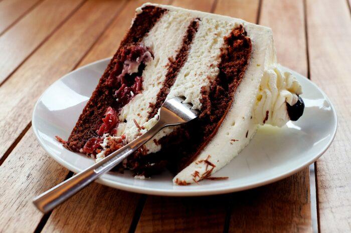 Как оригинально украсить торт?