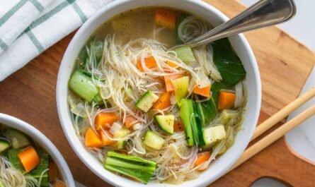 Рецепт диетического супа с тофу, ширатаки и дикой зеленью